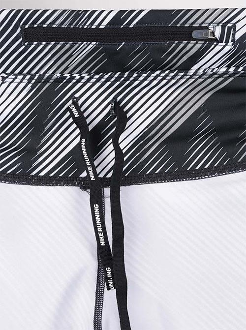 Široký pas se stahovací šňůrou umožňuje příjemné nošení a lepší přizpůsobení