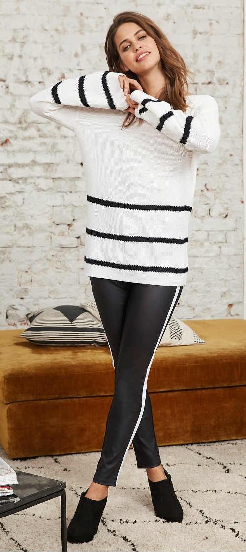 Černé kožené dámské legíny k bílému svetru