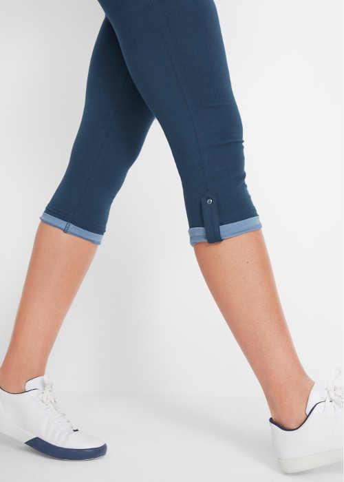 Krátké modré dámské legíny se zahnutými nohavicemi