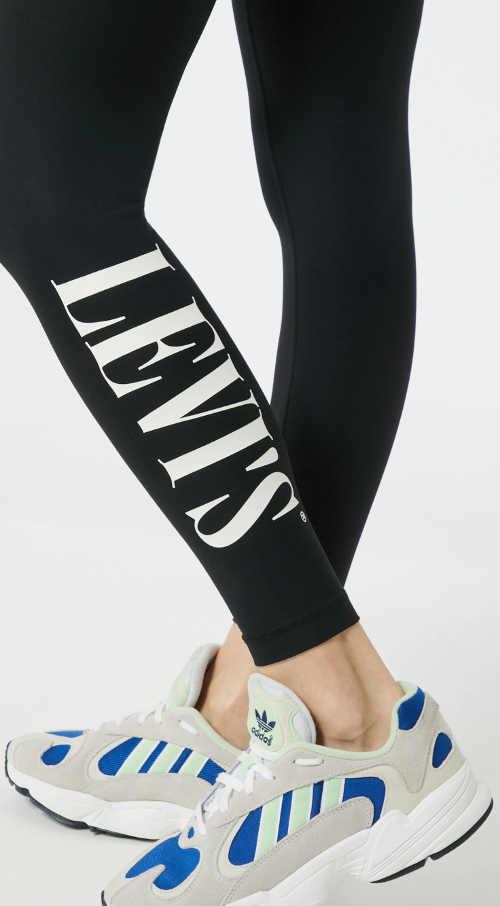 Černé legíny s bílým nápisem Levis na nohavici